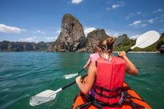 Las mujeres kayaking en el mar abierto en la orilla de Krabi, Tailandia imágenes de archivo libres de regalías