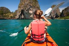 Las mujeres kayaking en el mar abierto en la orilla de Krabi, Tailandia fotos de archivo