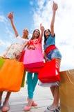 Las mujeres les gusta hacer compras Foto de archivo