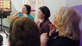 Las mujeres mayores están haciendo que la cara se da masajes en grupo almacen de video