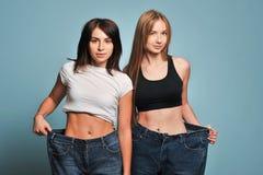 Las mujeres muestran su pérdida de peso Imagen de archivo libre de regalías