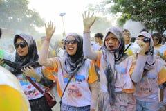 Las mujeres musulmanes siguen funcionamiento de la diversión del color Foto de archivo libre de regalías