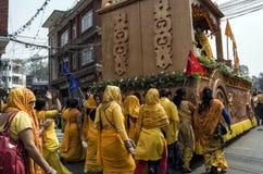 Las mujeres nepalesas no identificadas desfilan en la calle en durante el festival nepalés del Año Nuevo Fotos de archivo