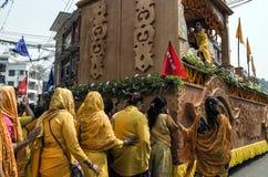 Las mujeres nepalesas no identificadas desfilan en la calle en durante el festival nepalés del Año Nuevo Imagen de archivo