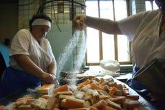 Las mujeres preparan el caramelo dulce Fotografía de archivo