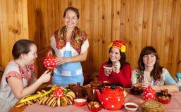 Las mujeres que celebran Shrovetide y comen la crepe foto de archivo