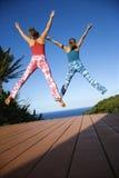 Las mujeres que saltan en el aire. Imágenes de archivo libres de regalías
