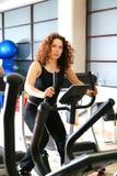 Las mujeres que se resuelven en el giro bikes en la gimnasia Fotografía de archivo