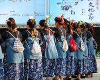 Las mujeres realizan una danza tradicional Imagen de archivo