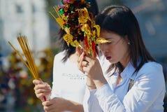 Las mujeres ruegan en el templo budista durante la celebración china del Año Nuevo en Ho Chi Minh, Vietnam Imagen de archivo libre de regalías