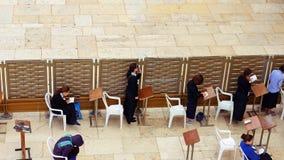 Las mujeres ruegan en la pared occidental en Jerusalén Imagen de archivo libre de regalías