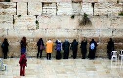 Las mujeres ruegan en la pared occidental en Jerusalén, Israel Fotografía de archivo libre de regalías