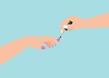 Las mujeres s dan hacer una manicura que aplica esmalte de uñas rosado Foto de archivo