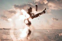 Las mujeres salpican en agua, al aire libre, la igualación o la mañana Imagen de archivo