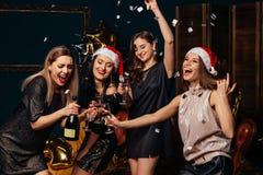 Las mujeres se divierten en la fiesta de Navidad Fotografía de archivo libre de regalías