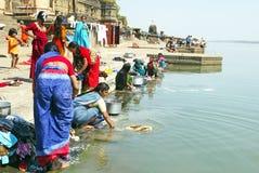 Las mujeres se están lavando en el río de Narmada Foto de archivo