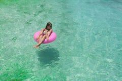 Las mujeres se relajan en la flotación Imagen de archivo