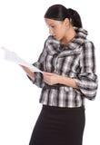 Las mujeres serias leyeron el documento Imagen de archivo libre de regalías