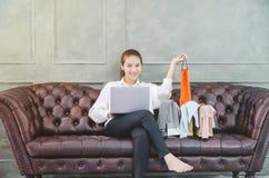 Las mujeres son de trabajo y felices imagenes de archivo