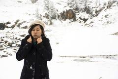 Las mujeres tailandesas asiáticas que juegan y que presentan para toman la foto mientras que nievan Fotos de archivo
