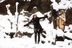 Las mujeres tailandesas asiáticas que juegan y que presentan para toman la foto mientras que nievan Imagenes de archivo