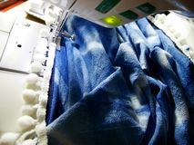 Las mujeres tailandesas asiáticas utilizan la máquina que cosen y la moda creativa de la ropa del diseño en taller del estudio en imagen de archivo