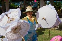 Las mujeres tailandesas llevan los paraguas de bambú tradicionales en la fábrica en Chiang Mai, Tailandia imagen de archivo libre de regalías