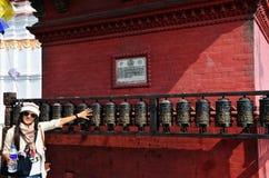 Las mujeres tailandesas que hacen girar rezo ruedan adentro el templo de Swayambhunath Imagen de archivo