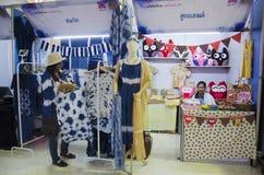 Las mujeres tailandesas se preparan y el natur de teñido del añil de la ropa del batik del ajuste Imagen de archivo libre de regalías