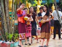 Las mujeres toman la foto en el templo, budista, Laos Fotografía de archivo
