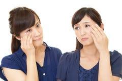 Las mujeres trastornadas tienen problemas de piel imágenes de archivo libres de regalías