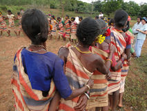 Las mujeres tribales conectan los brazos Fotografía de archivo libre de regalías
