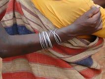 Las mujeres tribales conectan los brazos Imagenes de archivo