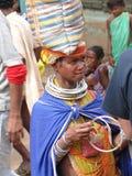 Las mujeres tribales de Bonda ofrecen sus artes hechos a mano Imágenes de archivo libres de regalías