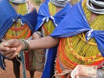 Las mujeres tribales de Bonda ofrecen sus artes hechos a mano Imagenes de archivo