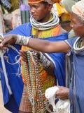 Las mujeres tribales de Bonda ofrecen sus artes hechos a mano Foto de archivo libre de regalías