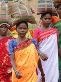 Las mujeres tribales llevan mercancías en sus cabezas Fotografía de archivo