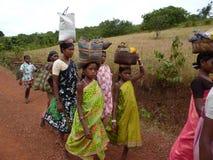 Las mujeres tribales llevan mercancías en sus cabezas Imágenes de archivo libres de regalías