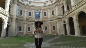 Las mujeres turísticas felices y hermosas caminan con un mapa que busca la orientación en Roma almacen de metraje de vídeo