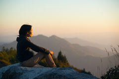 Las mujeres ven la luz de la puesta del sol Imagen de archivo libre de regalías