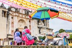 Las mujeres venden la comida fuera de la iglesia, San Juan del Obispo, Guatemala Fotos de archivo