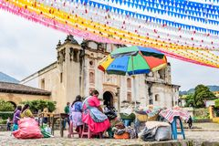 Las mujeres venden la comida fuera de la iglesia, San Juan del Obispo, Guatemala Foto de archivo
