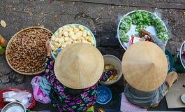 Las mujeres venden las comidas en la calle en Chau doc., Vietnam fotografía de archivo libre de regalías