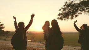 Las mujeres viajan, caminan a través de bosque, admiran paisaje en la puesta del sol Muchacha del caminante Los turistas disfruta almacen de video
