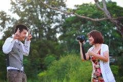 Las mujeres y el hombre toman una foto Imagen de archivo libre de regalías