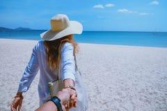 Las mujeres y los hombres asi?ticos de los pares del amante viajan naturaleza El viaje se relaja Agua de mar del juego en la play imágenes de archivo libres de regalías