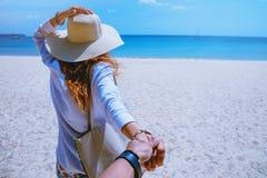 Las mujeres y los hombres asi?ticos de los pares del amante viajan naturaleza El viaje se relaja Agua de mar del juego en la play foto de archivo