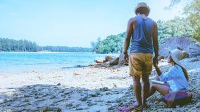 Las mujeres y los hombres asi?ticos de los pares del amante viajan naturaleza El viaje se relaja Agua de mar del juego en la play imagenes de archivo