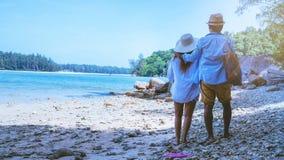 Las mujeres y los hombres asi?ticos de los pares del amante viajan naturaleza El viaje se relaja Agua de mar del juego en la play fotografía de archivo