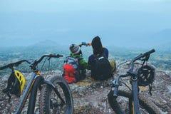 Las mujeres y los hombres asi?ticos del amante viajan naturaleza El viaje relaja la bici de montaña del paseo en el salvaje Siént fotografía de archivo
